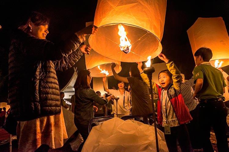 фестиваль небесный фонарей тайланд