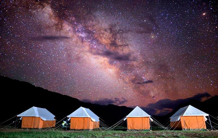 Млечный путь над палатками индия