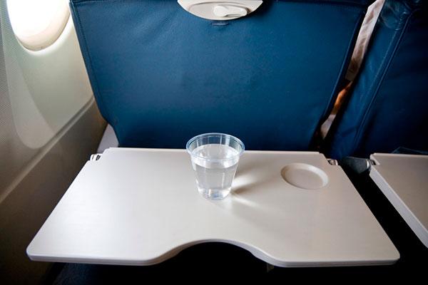 столик в самолете