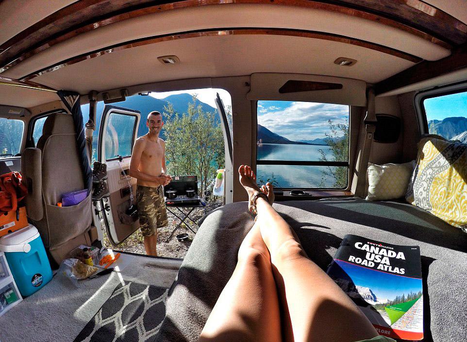 селфи путешественники фургон пара путешественников