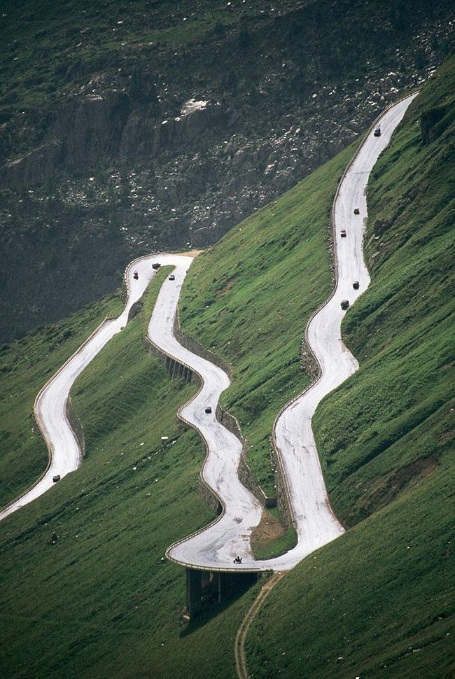 Опасная дорога в Швейцарии красивый вид