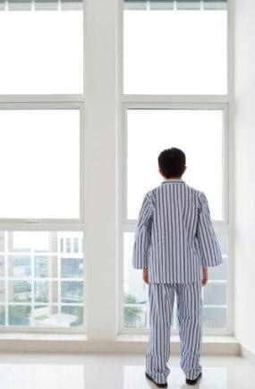Человек смотрит в окно