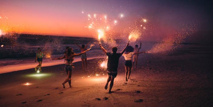 бегут по берегу, бенгальские огни