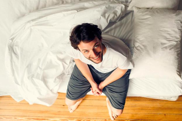 проснулся на краю кровати сидит