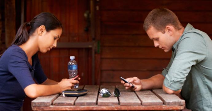 сидят в телефоне