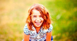 Смеется улыбка девочка улыбается